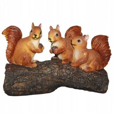 Figurka wiewiórki na kłodzie